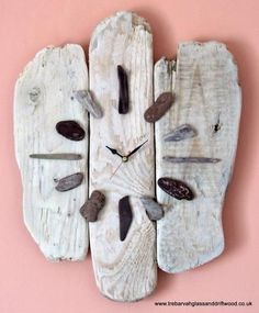 """I was just thinking about making a driftwood and sea glass clock, now I see this nice example. """"driftwood, pebbles, sea glass maybe, and clockworks=beachy clock"""" Rock Crafts, Diy And Crafts, Arts And Crafts, Recycled Crafts, Driftwood Projects, Driftwood Art, Driftwood Wreath, Driftwood Ideas, Art Diy"""