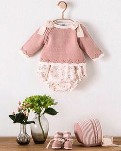 """Qué preciosidad de conjuntito de @nanosmoda Beautiful <span class=""""emoji emoji1f339""""></span><span class=""""emoji emoji1f339""""></span><span class=""""emoji emoji2764""""></span>️<span class=""""emoji emoji2764""""></span>️•••Si te gusta déjanos un comentario, ... Baby Clothes Patterns, Baby Knitting Patterns, Baby Patterns, Knitted Baby Clothes, Cute Baby Clothes, Baby Girl Fashion, Kids Fashion, Baby Boy Outfits, Kids Outfits"""
