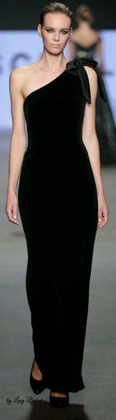 Elegantemente sencillo! Vestido largo de terciopelo negro y hombro al aire...timeless