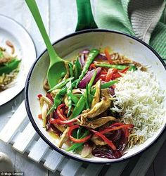 Discover The Body Coach Sweet and sour pork recipe here perfect for a quick low calorie mid-week dinner. This carb rich meal is perfect post work out Pork Recipes, Diet Recipes, Cooking Recipes, Healthy Recipes, Recipies, Healthy Dinners, Healthy Foods, Sweet Sour Pork Recipe, Joe Wicks Lean In 15