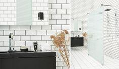 Duschvägg ARC Modell 43 och matchande blandare från INR samt badrumsmöbler med Musikspegeln från Aspen.