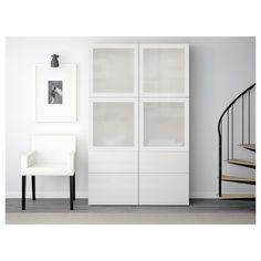 BESTÅ Vitrine - Eichenachbildung weiß las./Selsviken Hochglanz/Frostglas weiß, Schubladenschiene, Drucksystem - IKEA