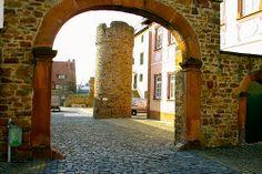 Torbogen der Burganlage / Wehrturm, Rockenberg