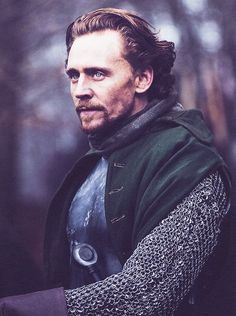 Tom Hiddleston as ♕ Henry V, The Hollow Crown. Now I must watch this movie.