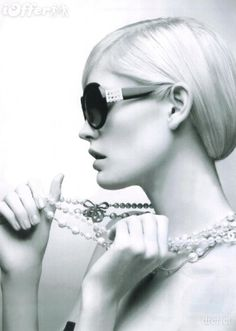 Iconic Chanel sunglasses with pearl detail: MUST HAVE.