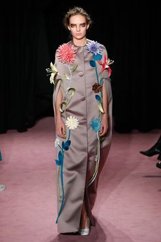 The complete Viktor & Rolf Spring 2018 Couture fashion show now on Vogue Runway. Style Couture, Couture Fashion, Runway Fashion, Womens Fashion, Collection Couture, Fashion Show Collection, Fashion Week, Spring Fashion, Conceptual Fashion