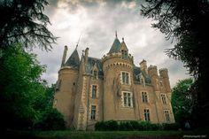 Fougeret est un Château du XIV-XVI-XIXème siècle. Construit lors de la déclaration de la guerre de Cent ans vu comme un des lieux les plus hanté de france par de nombreuse équipe du paranormal depuis peu il est possible dit passer la nuit.