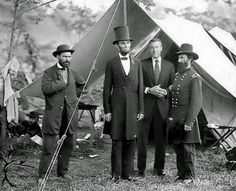 Abraham Lincoln stands with Allan Pinkerton (left) and Gen. John McClernand (right). Pinkerton was a Union spy who had saved Lincoln's life by foiling an early assassination plot. McClernand, an Illinois democrat, was one of Lincoln's closest friends. Henry Kissinger, Rare Historical Photos, Rare Photos, Vintage Photos, Famous Photos, Vintage Items, Einstein, Brian Williams Memes, American Civil War