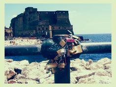 Iubirea se incuie. Cu lacatul. Napoli. Italia. Amore