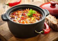 What is Chili sin Carne? Very easily. This is a chili con carne for real vegans. Healthy Chili, Spicy Chili, Slow Cooker Chili, Cooker Recipes, Crockpot Recipes, Chili Sin Carne, Cabbage And Sausage, Alkaline Diet Recipes, Sausage Soup