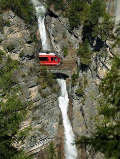Die Rhätische Bahn zwischen Filisur und Davos in Graubünden.  www.schoene-aussichten.travel/bahnreisen/rhaetische-bahn/bernina-express.html  © swiss-image.ch / Tibert Keller