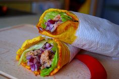 Paleo cauliflower wraps with onions, pork, lettuce and chilli peppers. If you want to try this recipe visit my blog.