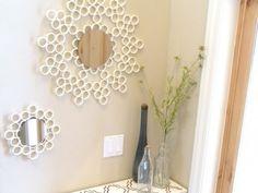 Met een pvc-buis en lijm creëer je een mooie rand voor de spiegels aan de wand.