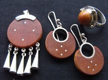 Conjunto plata y picoyo araucaria, // Marcelo Romero , Osorno, Chile Native Symbols, Wooden Earrings, Stamped Jewelry, Metal Stamping, Jewelery, Jewelry Making, Pendants, Christmas Ornaments, Holiday Decor