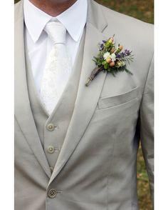 Los tonos claros serán los reyes de las bodas informales esta temporada de verano. Convinación entre grises y blancos como las de la fotografía serán una apuesta segura . Si aún no tienes claro cómo quieres que sea tu traje de novio ven a vernos y déjate asesorar.#trajesdenovio #tendencias #bodas #novio #weddingtrends #miguelcarreguí #castellón
