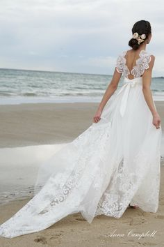 Anna Campbell Bridal Savannah Wedding Dress | Vintage Inspired Bridal Gown with Unique Lace Back Details #vintagelaceweddingdress #laceweddingdress #beachwedding #vintageinspiredgown #bridalgown #beachbride #bohemianbride #uniqueweddingdress