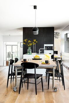 Modern monochrome kitchen A slick space that is as happy catering for two as it is for ten Fine Dining, Dining Area, Kitchen Dining, Dining Rooms, Black Splashback, Save For House, Monochrome Interior, Modern Style Homes, Smart Kitchen