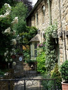 Burford, Oxfordshire, is a beautiful village that I have been lucky to stay in a number of times. Lovely Cottage and Garden. English Country Cottages, English Village, English Countryside, French Country, Cabana, Beautiful Homes, Beautiful Places, House Beautiful, Cotswold Villages