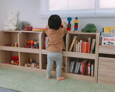 子どもが遊びたくなる!取り出しやすくおしゃれなおもちゃ収納と絵本棚   おもちが笑えば Bookshelves, Bookcase, Japanese House, Montessori, Playroom, Kids Room, Desk, Storage, Interior