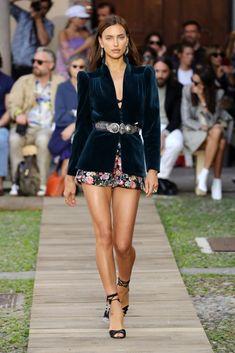 Irina Shayk Photos - Model Irina Shayk walks the runway at the Etro show during the Milan Fashion Week Spring/Summer 2020 on September 2019 in Milan, Italy. Milan Fashion Weeks, Fashion 2020, Fashion Models, Fashion Show, Fashion Looks, Fashion Outfits, Fashion Trends, Couture Fashion, Kelly Osbourne