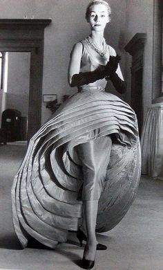 "Capucci's iconic gown called ""Nove Gonne"" (Nine Dresses) in red silk taffeta, 1956 Capuccis ""Nove Gonne"" in Schwarz-Weiß Fashion Moda, 1950s Fashion, Fashion Art, Vintage Fashion, Fashion Design, High Fashion, Fashion Ideas, Fashion Tips, Vintage Glamour"