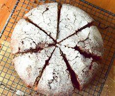 Dışı kıtır kıtır kabuk bağlıyor, içi ıslak, hafif akışkan kıvamıyla ilk lokmasıyla bağımlılık yapıyor. Uzaklardan geldi, karşınızda İsveç keki! #tarifiyemekcomdan: İsveç keki Malzemeler: 100 gram tereyağı, 1 su bardağı şeker, 2 adet yumurta, 3/4 su bardağı un, 1 paket vanilya, 3 yemek kaşığı kakao Püf noktası: Kekin kıvamı dağılabilir bir kıvamda olduğundan dolayı kek kalıbınızı iyice yağlayın veya kalıbın altına yağlı kağıt sererek pişirebilirsiniz. Piştikten sonra kalıptan dikkatlic...