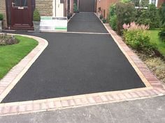 A modern driveway style can improve the curb appeal of your house. Some of the most popular types of modern driveway products in usage for high-end houses Resin Driveway, Driveway Paving, Driveway Design, Driveway Landscaping, Modern Landscaping, Patio Design, Garden Design, Diy Driveway, Driveway Entrance