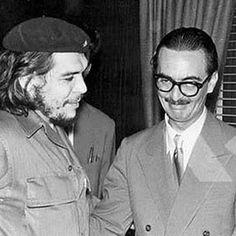 Jânio Quadros e Che Guevara em 1961 quando Jânio condecorou o lider socialista da Revolução Cubana com a maior condecoração Brasileira o Cruzeiro do Sul. O caso chocou os opositores de Jânio e os conservadores meses depois ocorre uma tentativa frustrada de golpe e a saida do presidente.