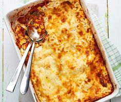 Vem kan motstå en smakrik, mättande lasagne som dessutom är enkel att tillaga? Rivna morötter och majs ger lasagnen en rund sötma och gifter sig fint med tomatsåsens milda hetta. Peston ger såsen extra djup. Allt varvas mellan lager av lasagneplattor och toppas med riven ost som smälter till perfektion. Smaklig spis!