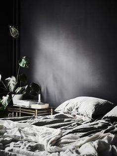 my scandinavian home: A dramatic Swedish space with black walls Dark Bedroom Walls, Dark Walls, Grey Walls, Bedroom Black, Dark Cozy Bedroom, Black Bedrooms, Gothic Bedroom, Trendy Bedroom, Master Bedrooms