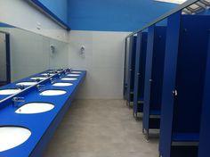 Interior de la zona de duchas de hombres