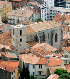 Hyères ~ The Collegiate St. Paul: Classified historic monument in 1992, it has a permanent exhibition of ex-voto that tell of events that took place during the wars of religion. Legend has it that the treasure of the Templars being hidden.