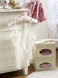 An diesen hübschen Kleiderbügeln aus Stoff kann bald Ihr Lieblingskleid hängen. Folgen Sie unserer Anleitung und basteln Sie die Bügel einfach selbst.