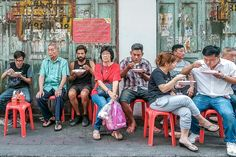 Do you avoid eating street food because you are afraid to get sick? Check our tips on how to reduce the risk and learn how to explore local flavors. Sick Food, Body Gestures, Best Thai Food, Hotel Food, Best Street Food, Food Stall, Getting Hungry, People Eating, Best Places To Eat