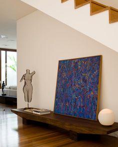 """""""Sempre admirando o trabalho de Carlos Motta. Vide esse banco lindo em madeira....com uma tela de Gonçalo Ivo em cima então, tudo fica mais lindo. Por RAP…"""" #raparquitetura"""