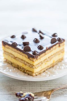 Boston Cream Icebox Cake - Boston cream PIE meets an ECLAIR in an easy no-mixer, no-bake dessert!! Vanilla pudding, whipped topping, graham crackers, and lots of chocolate! Perfect for parties or anytime you don't want to turn on your oven!! #LemonCakeWithBlueberriesRecipe Icebox Desserts, Icebox Cake Recipes, Easy Cupcake Recipes, No Bake Desserts, Dessert Recipes, Easy Recipes, French Desserts, Frozen Desserts, Frozen Treats