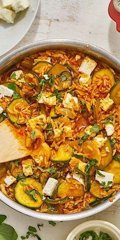 """Du bist auf der Suche nach einem schnellen Pfannengericht, für das du nur wenige Zutaten brauchst? Unsere Zucchini-Pfanne """"mediterran"""" eignet sich perfekt dafür! Fetakäse sorgt für die nötige Würze und macht das Gericht super schmackhaft."""