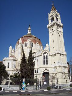 La Iglesia de San Manuel y San Benito, Madrid, España (estilo bizantino del romanticismo), de Fernando Arbós