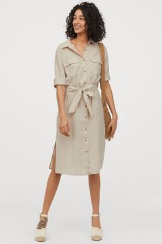 Knee-length shirt dress in a woven linen and cotton blend. Collar buttons at front and yoke at back with box pleat. Chest pockets with flap sleeves with button at cuffs and removable tie belt at waist. Collared Shirt Dress, Linen Shirt Dress, Beige Outfit, Camisa Formal, Fashion Company, Mannequin, Neue Trends, Lady, Sleeve Styles