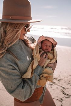 Frankie's First Trip to the Beach – Barefoot Blonde by Amber Fillerup Clark Amber Fillerup Clark Cute Family, Baby Family, Family Goals, Beautiful Family, Mama Baby, Cute Kids, Cute Babies, Baby Kids, Beste Mama