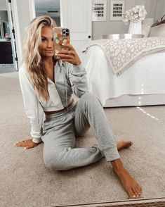 Lazy Day Outfits, Cute Casual Outfits, Cozy Fashion, Fashion Beauty, Outdoor Pictures, Preppy Southern, Home Outfit, Winter House, Cropped Hoodie