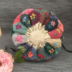 Pin Cushions, Pillows, English Paper Piecing, Quilted Bag, Pillow Covers, Diy Ideas, Sewing Patterns, Patches, Birds