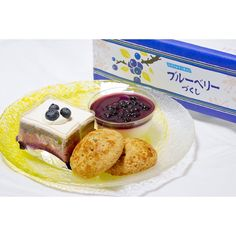 11月のおやつ屋さん    今月のおやつ屋さんはブルーベリーづくし ブルーベリーショコラブルーベリーパイブルーベリーレアチーズの詰め合わせ 今日の朝はレアチーズをいただきました   これだけの充実した内容でなんと500円 さすが六花亭美味しいしボリュームもあるしコスパ最強(ω ʃ)( ωʃ)    #hokkaido #rokkatei #sweets #cake #pie #dessert #dólce #blueberry #blueberrypie #rarecheesecake #food #foodpic #foodstagram #Instafood #六花亭 #おやつ屋さん #おやつ #スイーツ #お菓子 #ブルーベリー #ケーキ #レアチーズ #パイ #おやつという響きがすき #来月は何かなぁ #m_あまいモノ好きなんです