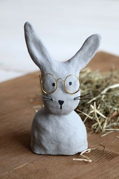 DIY: Baste with glasses made of modeling clay - Modeling compound ideas – concrete rabbit: Easter decoration is easy with modeling compound. Clay Crafts For Kids, Diy For Kids, Polymer Clay Crafts, Diy Clay, Easter Art, Easter Crafts, Easter Table Decorations, Air Dry Clay, Clay Projects