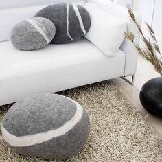Filzkissen Stein aus Merinowolle dunkelgrau, groß groß