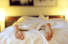 Learn how to stop your insomnia and sleep deprivation, how to stop snoring, and how to sleep better with natural sleep aids from The Old Farmer's Almanac. Plexus Solaire, Les Chakras, How To Stop Snoring, Old Farmers Almanac, Natural Sleep Aids, Snoring Remedies, Sleep Remedies, Burn Out, Insomnia