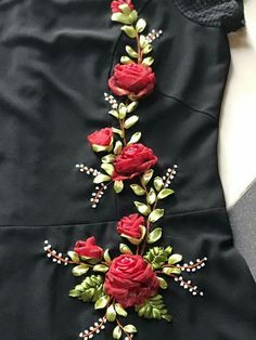 Muy hermoso Ribon Embroidery, Ribbon Embroidery Tutorial, Border Embroidery Designs, Hand Embroidery Videos, Hand Embroidery Flowers, Embroidery On Clothes, Shirt Embroidery, Embroidery Fashion, Hand Embroidery Patterns