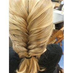 (hairstyle,blonde hair,fishbraid)
