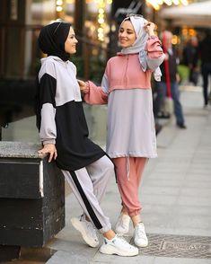 L'image contient peut-être : 2 personnes, personnes debout et chaussures Tesettür Mayo Şort Modelleri 2020 - Tesettür Modelleri ve Modası 2019 ve 2020 Modern Hijab Fashion, Street Hijab Fashion, Islamic Fashion, Muslim Fashion, Modest Fashion, Look Fashion, Mode Outfits, Sport Outfits, Fashion Outfits