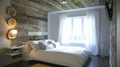 Voici une chambre où le bois est roi. Prenant la forme d'une arche, le bois de grange parcourt la pièce pour un effet enveloppant. Design : Karyne Beauregard pour l'émission Inspiration Design présentée sur CASA. Photos du «avant» sur http://www.casatv.ca/decoration/inspiration-design/une-chambre-cocon